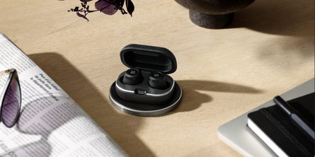 BeoPlay E8 2.0 Black and Charging Pad Black - Bosshard HomeLink AG
